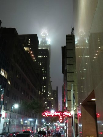 Hampton Inn Manhattan Grand Central : View ned ad 43rd Street med Chrysler Buliding i skyerne