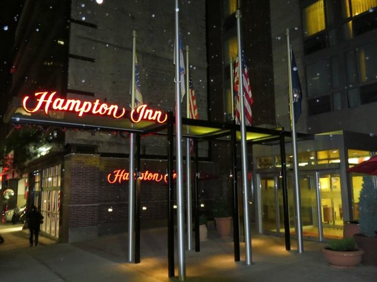 Hampton Inn Manhattan Grand Central : Indgang på en regnfuld aften