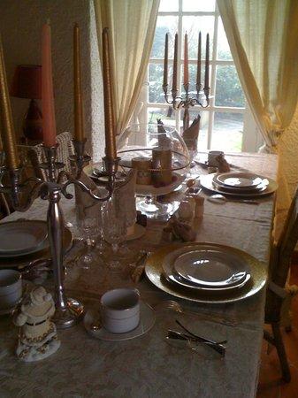 Maison berouhague : Une table d'hôte festive