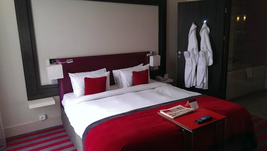 Mercure Warsaw Grand: Seperate Bedroom, access thru lounge area