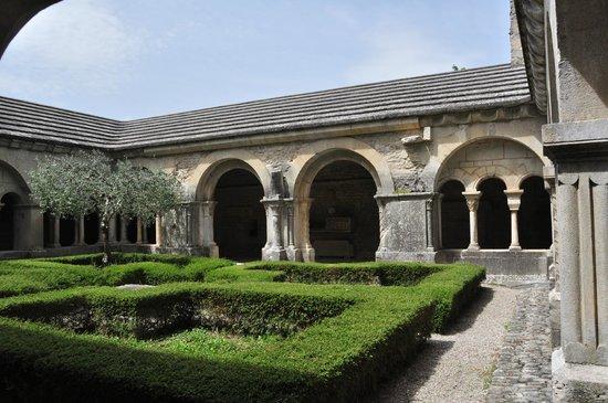 Vaison la Romaine : Binnenplaats klooster