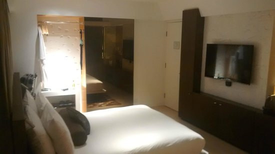 Ovolo Central: Bed through to Bathroom