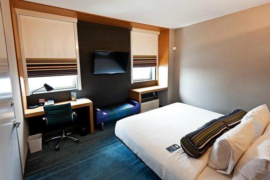 Schlafbereich und Schreibtisch