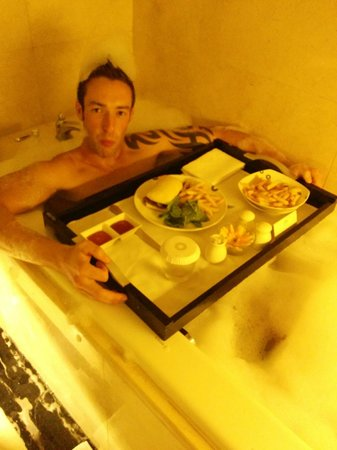 The Trans Luxury Hotel Bandung: Dinner in the bathtub