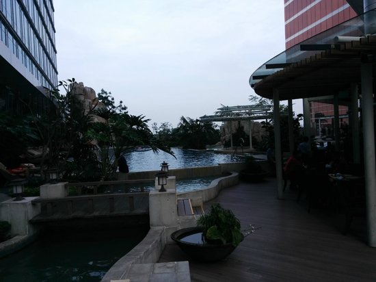 The Trans Luxury Hotel Bandung : Hotel pool