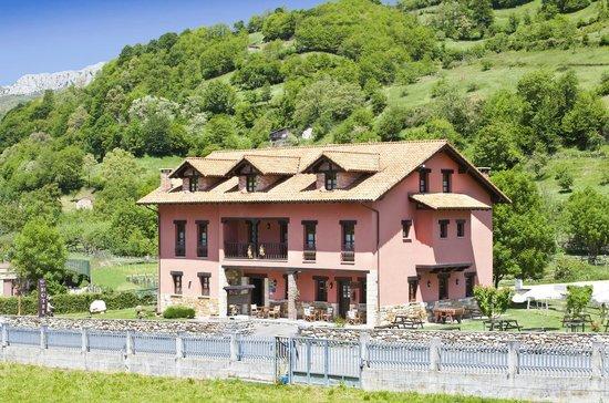 Hotel Rural El Fundil: fachada en primavera