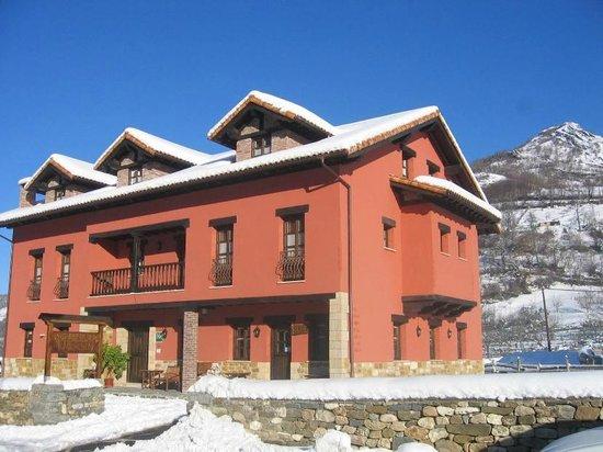 Hotel Rural El Fundil: Fachada con nieve