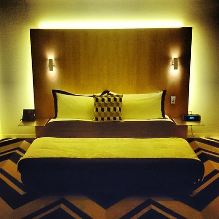 Adelphi Hotel: ベッドは低めでくつろげる。