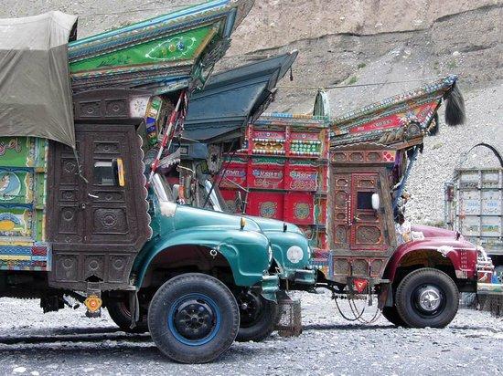 Khunjerab Pass: Pak-trucks, in Sost auf Ware wartend