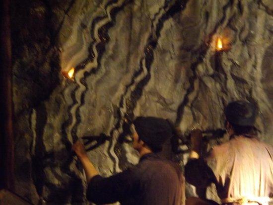 Historic Relic Sado Gold Mine: 人形を使って説明