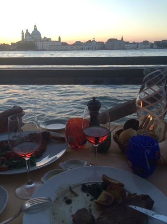 Cip's Club Belmond Hotel Cipriani : Table at the edge of the water with amazing vistas...