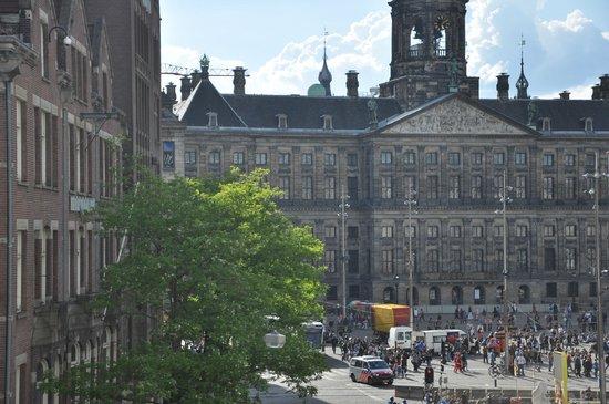 Doria Hotel Amsterdam: Foto di palzzo reale di Amsterdam dalla stanza.