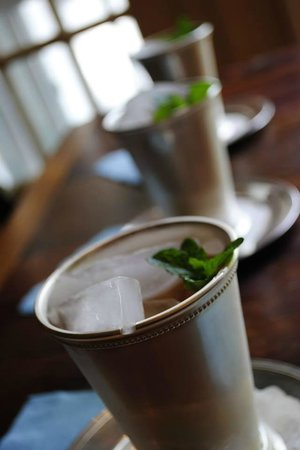 Historic Oak Hill Inn: Welcoming mint juleps