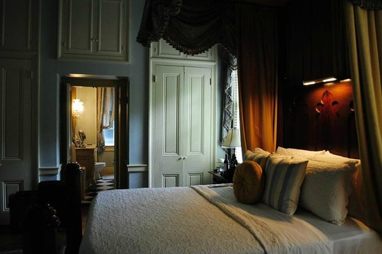 Historic Oak Hill Inn: The Beatty suite (ground floor room)