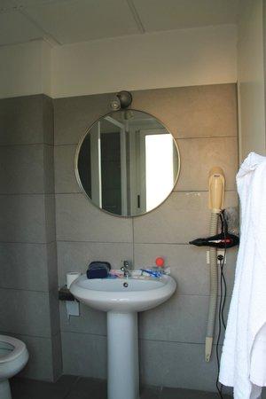 City Guest House : Зеркало в ванной (и фен :) )