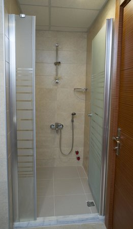 Selena Hotel: bathroom