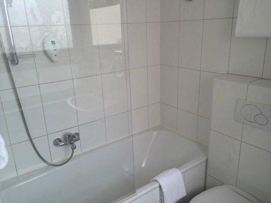 Amedia Express Salzburg City: Badewanne / Dusche