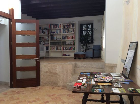 Petit Hotel Son Arnau: Well-stocked book and DVD library, with local information provided
