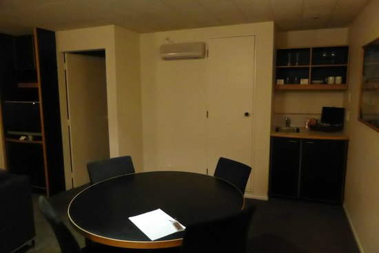 West Plaza Hotel: Suite Kitchenette & Dining