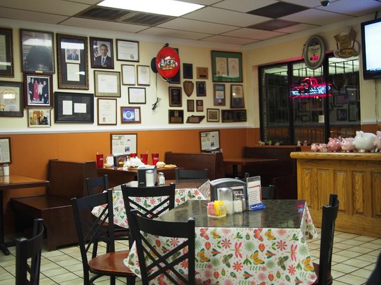 Interstate Barbecue : inside the restaurant