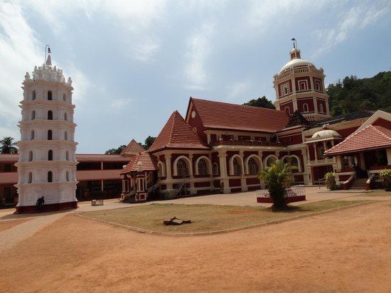 Shantadurga Temple: Вот он теремок. И башенка для светильников.