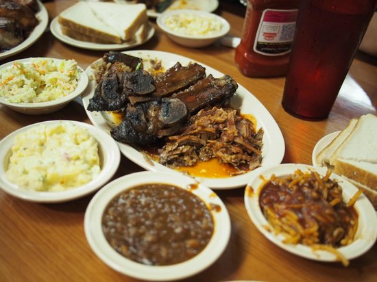 Interstate Barbecue : sample platters come with all these sides