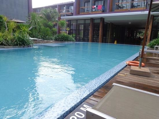 Holiday Inn Express Phuket Patong Beach Central: pool side