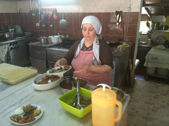 Bizim Ev Hanimeli Restaurant: Worker in the kitchen