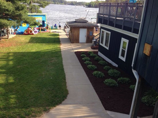 Port Vista Waterfront Bar & Grill : Path to the lake