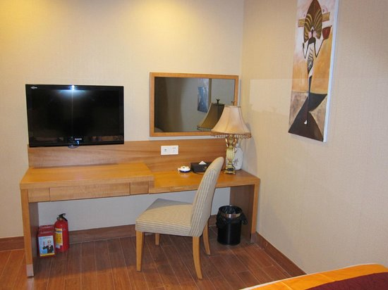 Guangzhou The Royal Garden Hotel : in bedroom you have table TV mirror etc so comfortable
