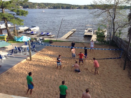 Port Vista Bar & Grill: Volleyball courts-lots of fun!