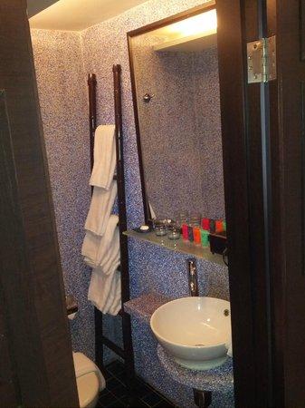 Lan Kwai Fong Hotel: Bathroom