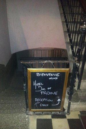 Hotel Duc de Padoue : Accès à la réception