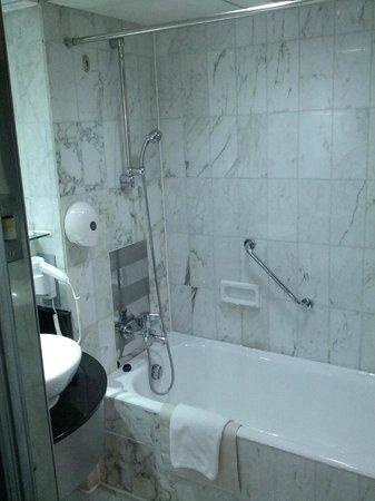 The Empire Hotel Wan Chai: Bathroom