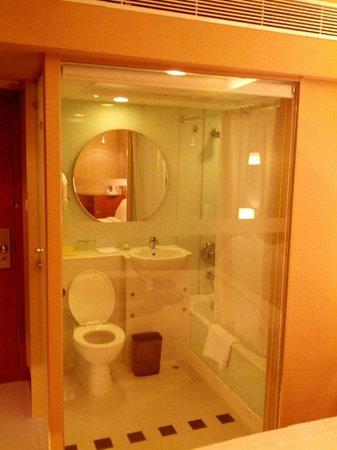 The Wharney Guang Dong Hotel Hong Kong : executive floor Bathroom