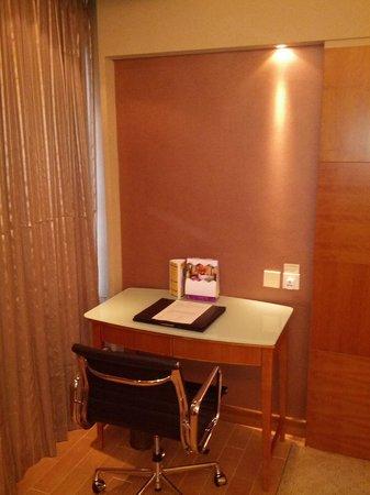 The Wharney Guang Dong Hotel Hong Kong: executive floor room / Desk