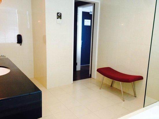 Pullman Kuching : Huge bathroom