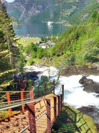 Hotel Union Geiranger: 45 trapper langs elva og ned til kaia i Geiranger