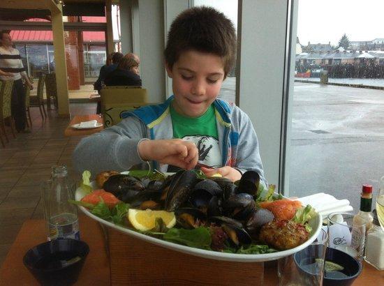 Ee-usk : dit is dus de visplate met mijn zoontje Oban te Oban