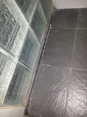 Padang Bai Beach Resort: Dusche nur mit FlipFlops begehbar