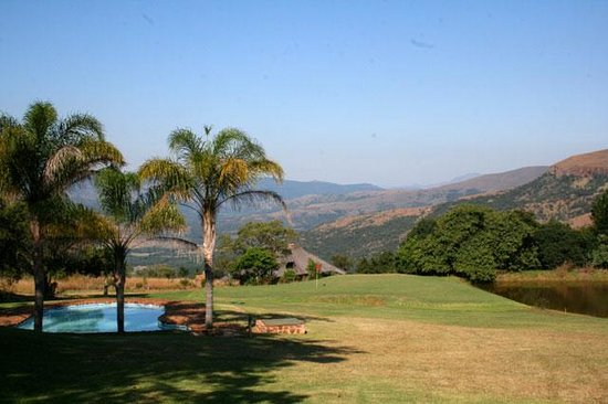Schoemanskloof, South Africa: Swimming pool and dam close to the second green