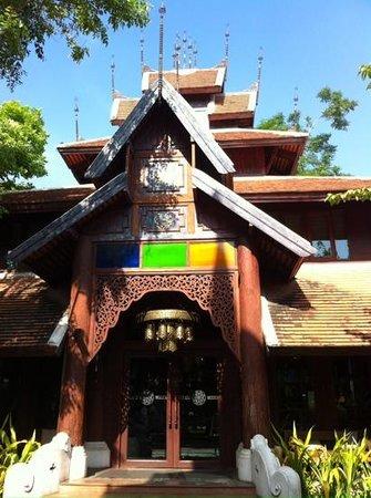 The Rim Resort: front entrance
