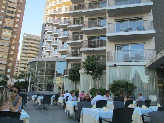 Sandos Monaco Beach Hotel & Spa: Hotel vanaf zwembad