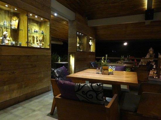 Sri Ratih Cottages : Área do restaurante com loja de pratas