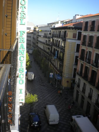 Hotel Francisco I: 前の通りは歩行者天国で、地下鉄の駅も歩いてすぐ