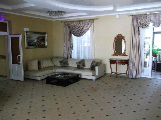Ukraine Palace Hotel: холл 4 этажа гостиницы