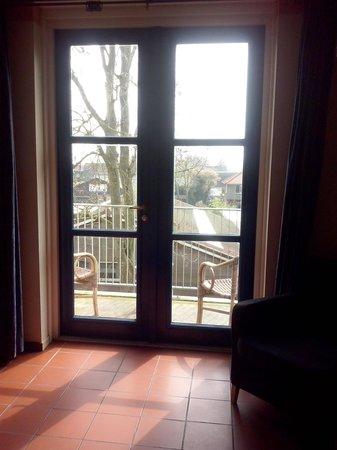 Hotel Graaf Bernstorff: zicht op tuindeuren met balkon