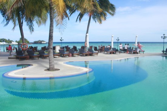 Paradise Island Resort & Spa : The Swimming pool area overseeing the Indian Ocean