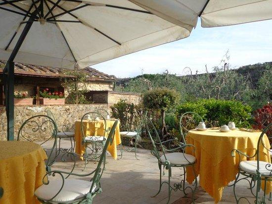 Hotel Monteriggioni: Terrasse mit Blick in den Garten