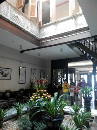 Hotel Puri: Main lobby garden